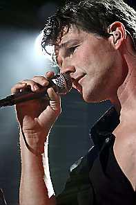 Oslo. Konsert med a-ha i Vallhall. Morten Harket på scenen, med mikrofon.